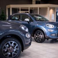 Er is keuze uit een blauwe en een grijze Fiat 500X.